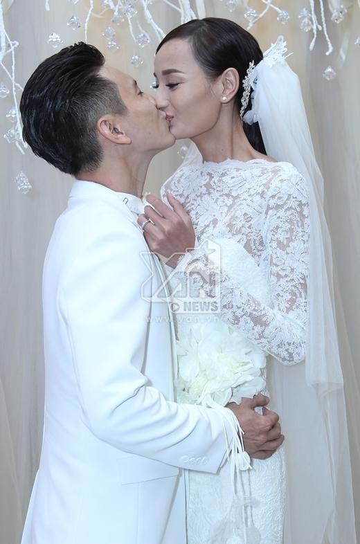 Cả hai không ngần ngại dành cho nhau nụ hôn âu yếm. - Tin sao Viet - Tin tuc sao Viet - Scandal sao Viet - Tin tuc cua Sao - Tin cua Sao