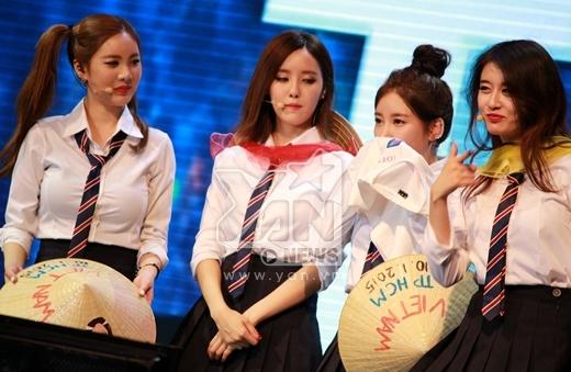 thì Hyomin và Soyoen hôn nhẹ lên áo.