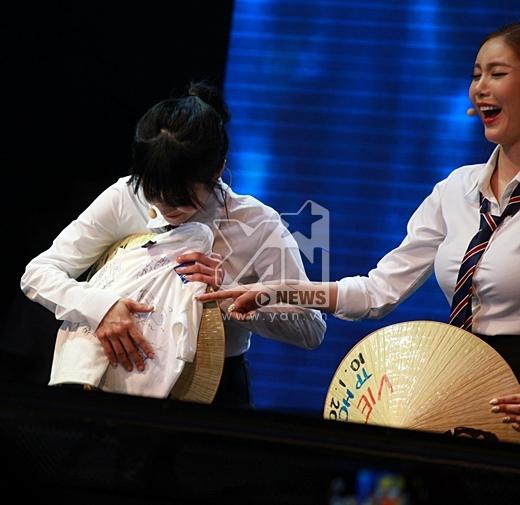Các cô gái tự làm kí hiệu riêng của mỗi người lên chiếc áo thun đặc biệt sẽ được bán đấu giá ngay sau khi chương trình kết thúc.Trong khi, Boram xoa chiếc áo lên nón lá.