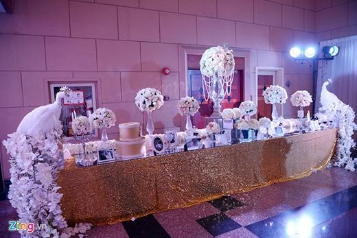 Đám cưới của Mi Trần được trang trí theo tone màu trắng - tím gợi sự lãng mạn, sang trọng. Trên bàn hoa phía ngoài sảnh tiệc, cặp uyên ương tạo điểm nhấn bằng hai cột hoa tạo hình chim công ấn tượng. - Tin sao Viet - Tin tuc sao Viet - Scandal sao Viet - Tin tuc cua Sao - Tin cua Sao