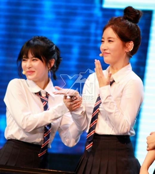 Không biết Soyeon và Boram nhìn thấy cái gì mà cười tít cả mắt?