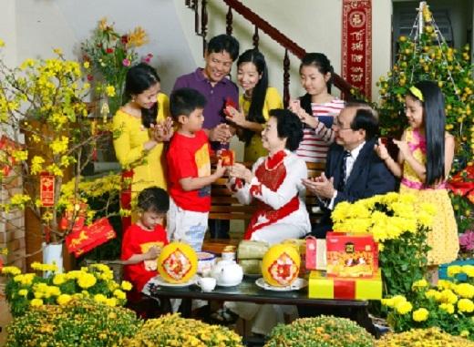 Các thành viên trong gia đình quây quần bên nhau với phong tục lì xì.