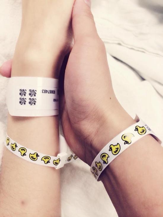 Vợ chồng Diễm Hương nắm chặt tay sau khi sinh con trai đầu lòng. - Tin sao Viet - Tin tuc sao Viet - Scandal sao Viet - Tin tuc cua Sao - Tin cua Sao