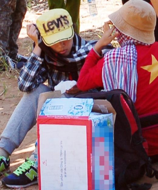 Nhóm sinh viên phờ phạc khi được tìm thấy. Ảnh: Thu Đông