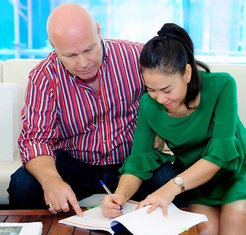 Thu Minh và chồng kí hợp đồng mua nhà. - Tin sao Viet - Tin tuc sao Viet - Scandal sao Viet - Tin tuc cua Sao - Tin cua Sao