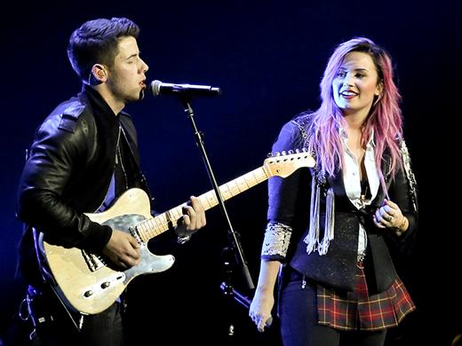 Nick và Demi vẫn đang là những người bạn rất thân thiết với nhau, anh chàng thậm chí còn làm đạo diễn âm nhạc cho tour diễn của nữ ca sĩ