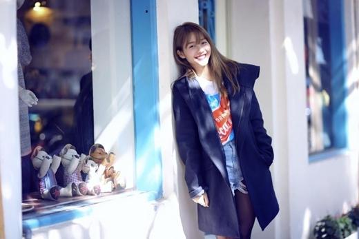 Khả Ngân tranh thủ hưởng nốt ngày nắng đẹp trời ở Hà Nội. Với nụ cười trong sáng, ngây thơ, Khả Ngân khiến các fan 'đứng ngồi không yên' vì sự dễ thương của cô nàng.
