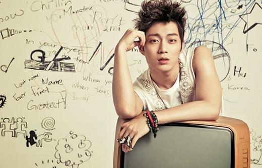 Doojoon vốn dĩ không có ý định trở thành một ca sỹ cho đến khi anh xem phim tài liệu về Big Bang trên TV và anh đã thay đổi. Doojoon đã từng được chọn làm thực tập sinh tại JYP và dự tính sẽ ra mắt với tư cách là thành viên của 2AM. Tuy nhiên, Doojoon đã bị loại vào phút cuối cùng, anh đã rời khỏi JYP và gia nhập Cube, trở thành thành viên của Beast.