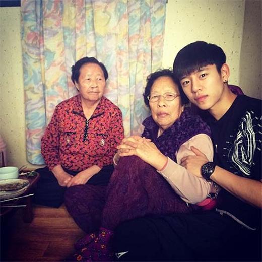 Daehyun (B.A.P) đã giành thơi gian của mình thăm bà và anh đăng tải hình ảnh này lên trang cá nhân: 'Bà tôi đấy, người vô cùng đặc biệt nhất trên thế giới này. Bà hãy khỏe mạnh nhé. Con yêu bà'.