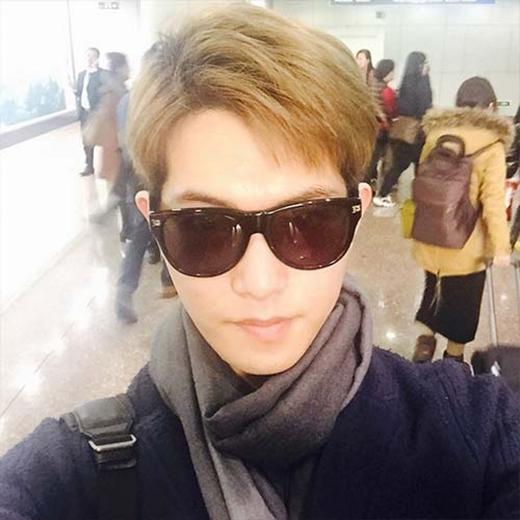 Jonghyun hí hửng khoe hình sân bay đến Trung Quốc, anh đã chia sẻ: 'Đến rồi đây, có phải tôi giảm cân không mọi người'.