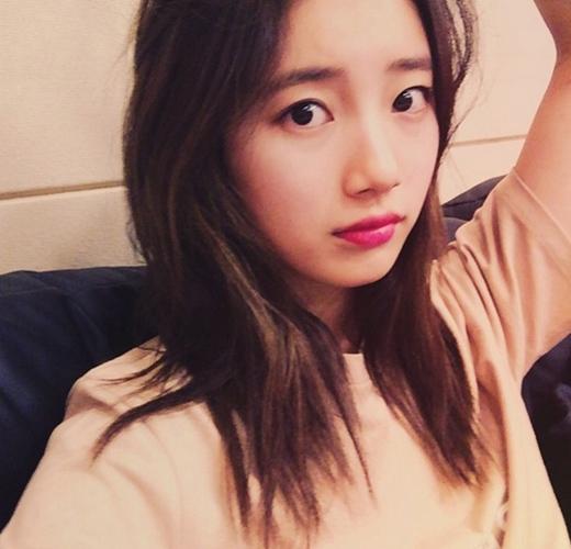 Suzy háo hức với đêm diễn GDA tại Bắc Kinh vào ngày 15/1 tới. Cô nàng đã đăng tải hình ảnh đáng yêu và chia sẻ bằng tiếng Hoa: 'Ngày 15 này chúng tôi sẽ đến Bắc Kinh. Đêm của Weibo. Chờ đợi nhé mọi người.'