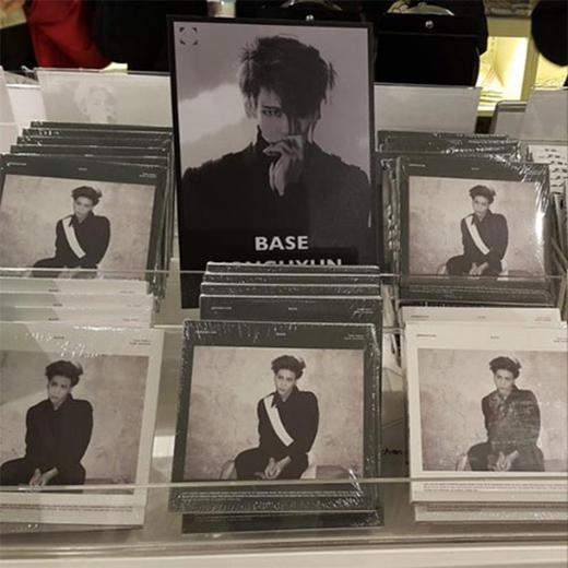 Jonghyun khoe ảnh album của mình trong quầy bán đĩa và chia sẻ: 'CD... Wow... Một cảm giác rất khác khi nhìn chúng trong quầy bán đĩa'.