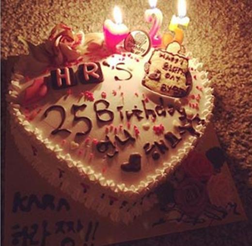 Goo Hara hạnh phúc khoe chiếc bánh sinh nhật cực đáng yêu, cô viết: 'Bánh này do Youngji làm cho mình đấy'.
