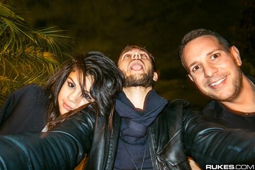 Selena dường như rất hạnh phúc bên anh chàng Dj