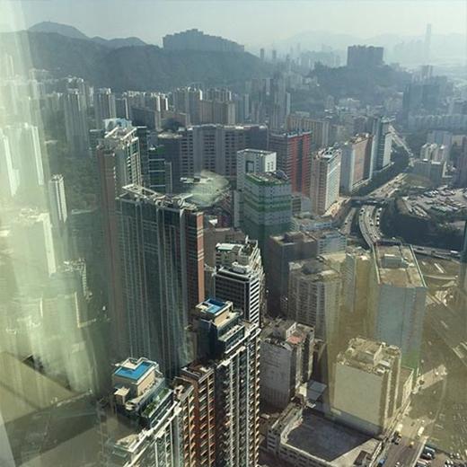 Leeteuk trải nghiệm khi đứng ở độ cao ở một tòa nhà, anh đăng hình và chia sẻ: 'Tôi đang ở tầng 85 đây, thật đáng sợ'.
