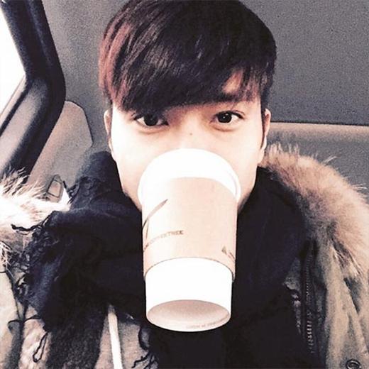 Siwon 'nhí nhố' khoe hình đang ngậm một ly cafe và chia sẻ: 'Các bạn có muốn cafe chung với tôi không?'.