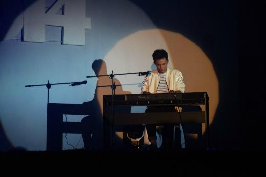 Lấy chủ đề về biển đảo quê hương, 'chị cả' của Hot Vteen 2014 - Phạm Thị Sao Mai đã trình diễn một màn múa rất ấn tượng cùng với tà áo dài tím.   Khán giả không chỉ bất ngờ khi biết Mai Xuân Thứ là Thủ khoa chuyên ngành Piano của Nhạc viện TP. HCM mà còn ấn tượng bởi giọng hát chuyên nghiệp của anh chàng.