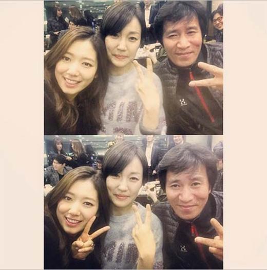 Vẫn chưa nỡ chia tay đoàn làm phim Pinocchio, Park Shin Hye khoe hình cùng 'bố mẹ' và chia sẻ: 'Cảm thấy nhớ bố Dal Pyung và mẹ Cha Ok quá. Hôm nay là thứ hai rồi... Dường như có chút lạ lẫm khi đến thứ 4... Thôi chúng ta cùng làm việc chăm chỉ nhé'.