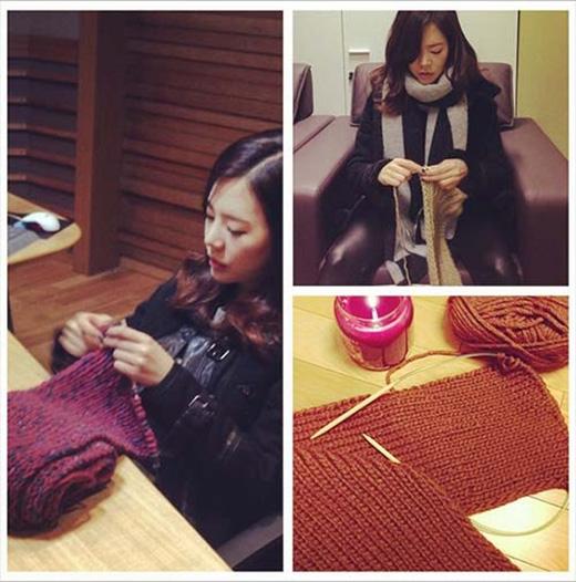 Sunny thích thú với công việc mới, cô đăng hình đan len và chia sẻ: 'Tất cả những con người đáng yêu, Sunny đang đan ba chiếc khăn đây. Xin nhận thông tin chi tiết tại trang web Sunny's FM Date nhé'.