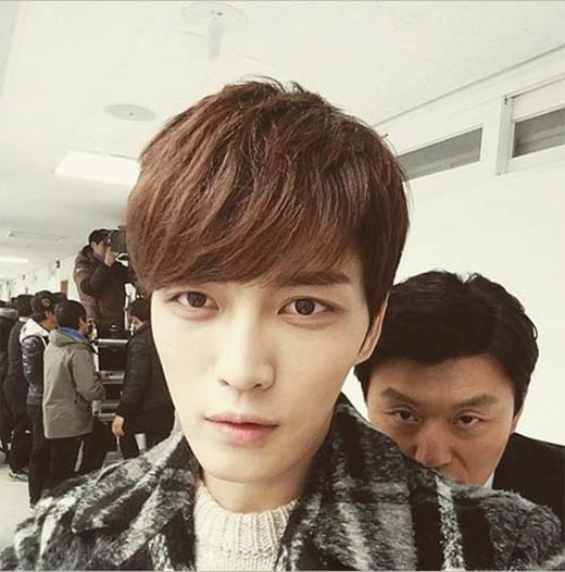 Jaejoong thích thú khoe hình đồng nghiệp và chọc ghẹo: 'Trưởng nhóm của tôi này, luôn luôn nhìn tôi bằng ánh mắt như thế đấy'.