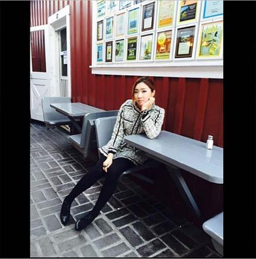 Vừa bước sang tuổi mới, Minzy đã khoe hình dịu dàng và đằm thắm trên trang cá nhân, cô chia sẻ: 'Hạnh phúc'.