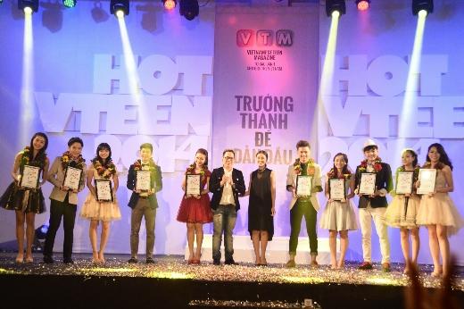 Giám khảo Tùng Leo và BTV Liêu Hà Trinh trao hoa và kỉ niệm chương cho 10 gương mặt xuất sắc nhất của cuộc thi năm nay.