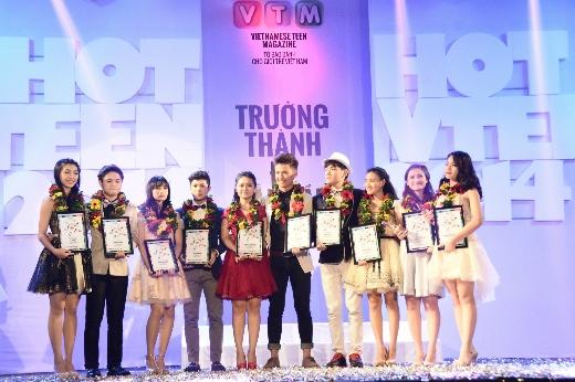Những thành viên trong gia đình nhỏ Hot Vteen 2014 đứng sát bên nhau, cùng hồi hộp chờ đón kết quả chung cuộc từ ban giám khảo.