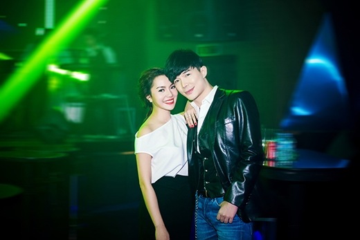Cặp đôi ôm chặt lấy nhau đầy tình cảm trước khi bắt đầu bữa tiệc âm nhạc - Tin sao Viet - Tin tuc sao Viet - Scandal sao Viet - Tin tuc cua Sao - Tin cua Sao