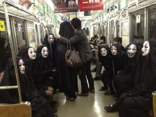 Hãy thử tượng tượng bạn đang ở trên một toa tàu và xung quanh bạn là những gương mặt kì lạ này.