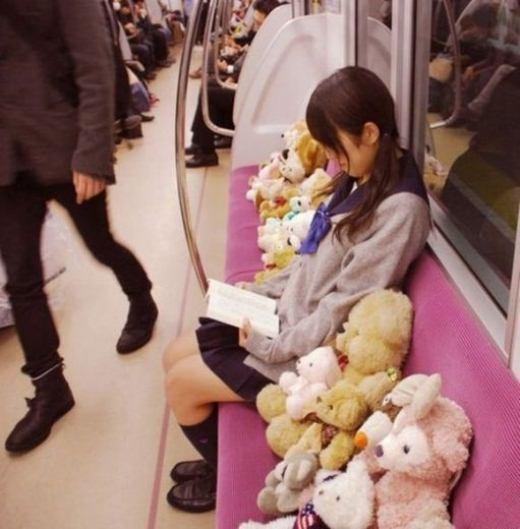 'Cũng là một cách để... giữ chỗ ngồi trống trải nơi công cộng'.