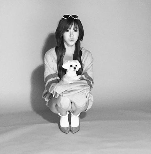 Tiffany thích thú khi cùng cún cưng chụp hình cho tạp chí. Cô nàng đã đăng tải hình ảnh này lên Instagram và nhận được nhiều lượt like của fan.