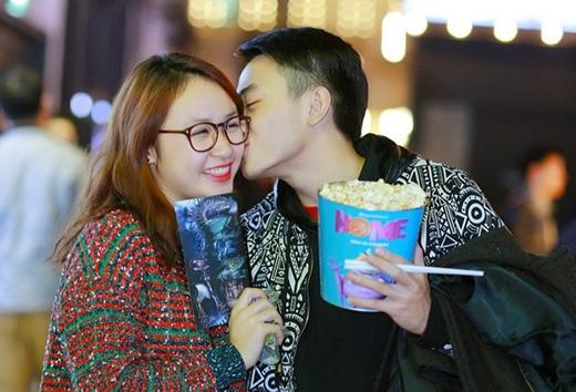 Bạn trai Thiện Thanh không ngần ngại hôn người yêu trước nơi đông người.