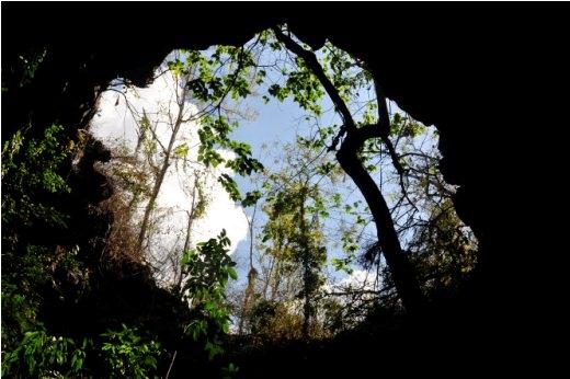 Miệng hang C7 từ phía dưới nhìn lên tựa miệng núi lửa - Ảnh: Trần Thế Dũng