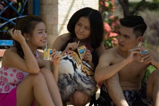 3 cô cậu học trò (từ trái sang: Hạ Anh, Tam Triều Dâng và Công Văn Dương đang bày mưu tính kế để vượt qua những bộ môn 'khó đỡ' của học viện