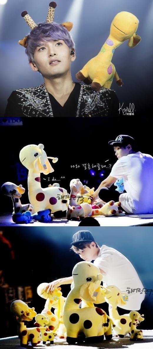 Trong khi các thành viên khác củaSuper Juniortập trung biểu diễn thìRyeowookđắm chìm trong thế giới chỉ có anh và hươu cao cổ.