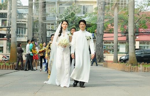 Hôn lễ được diễn ra tại nhà thờ Chợ quán và khách sạn Caravelle (TP HCM). Sự kín tiếng của cặp đôi đã giúp họ có một lễ cưới hoàn hảo như ý muốn. - Tin sao Viet - Tin tuc sao Viet - Scandal sao Viet - Tin tuc cua Sao - Tin cua Sao