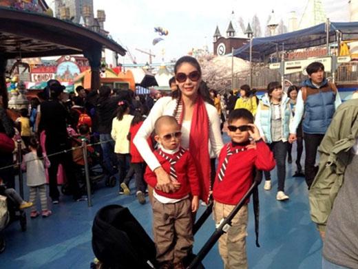 Gia đình cựu Hoa hậu rất hạnh phúc và thường xuyên đi du lịch cùng nhau. - Tin sao Viet - Tin tuc sao Viet - Scandal sao Viet - Tin tuc cua Sao - Tin cua Sao