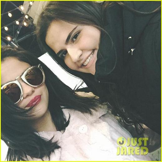 Selena đã khoe mái tóc ngắn mới đáng yêu của mình trong những bức ảnh chụp cùng với người hâm mộ.