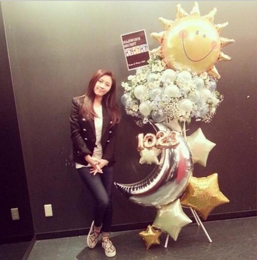 Ha Ji Won cực trẻ trung tạo dáng bên quà của fan, cô chia sẻ: 'Team Jiwona1023. Yêu mọi người'.