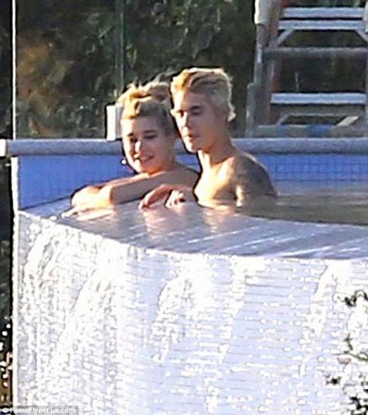 Justin vui vẻ cùng Hailey tại hồ bơi