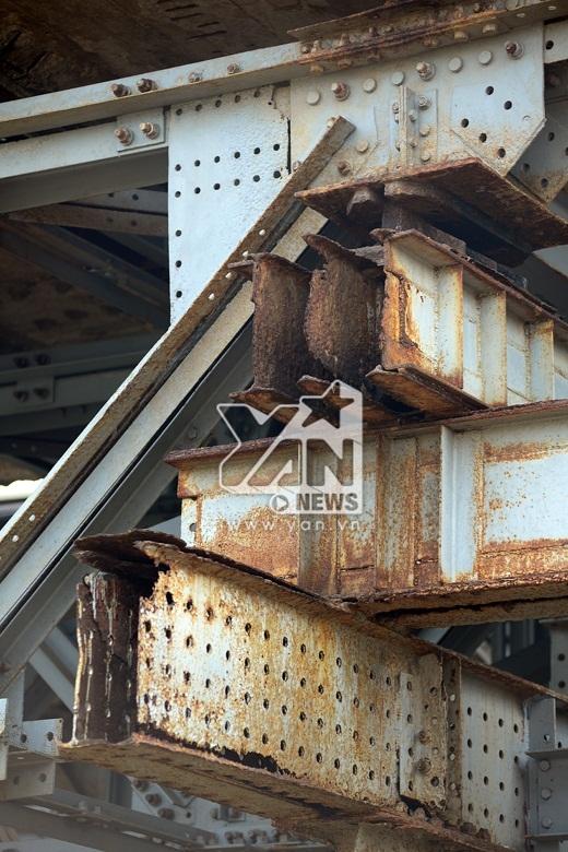 Trải qua 2 cuộc chiến tranh cùng thời gian, cầu Long Biên ngày càng xuống cấp đáng lo ngại.