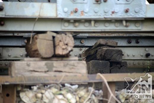 Các thanh dầm phía dưới cầu đều đã bị bào mòn, phải kê gỗ đỡ thay thế.