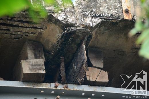 Mọi khúc gỗ đều được sử dụng 'triệt để' để nâng đỡ lấy chiếc cầu hàng ngày vẫn có tàu và dòng xe qua lại.