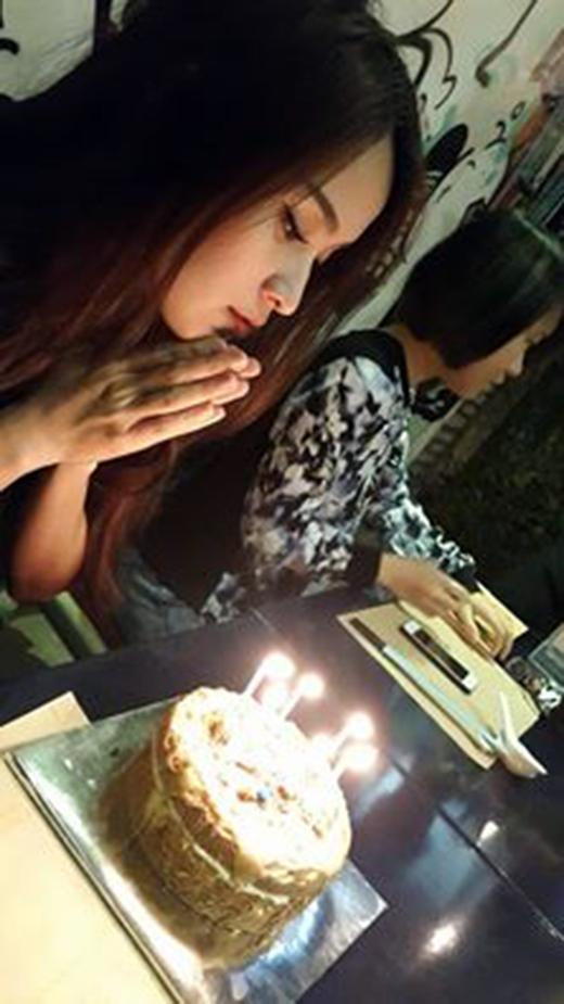 Diễn viên Văn Anh vừa đăng tải hình ảnh bạn gái Tú Vi đang thổi nến mừng sinh nhật. Được biết, 26/1 là sinh nhật của Tú Vi, tuy nhiên Văn Anh lại bận rộn với lịch quay phim ở Bến Tre nên anh chàng tỏ ra khá buồn bã. Văn Anh cũng không quên gửi lời chúc mừng sinh nhật từ xa cho bạn gái và hứa sẽ về Sài Gòn kịp trong tối nay để đón sinh nhật cùng người yêu. - Tin sao Viet - Tin tuc sao Viet - Scandal sao Viet - Tin tuc cua Sao - Tin cua Sao