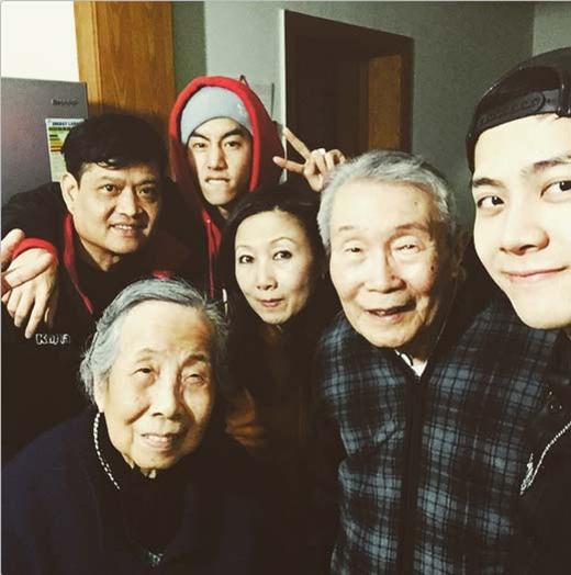 Jackson hạnh phúc khoe hình khi về Thượng Hải thăm gia đình. Cùng đi với anh còn có thành viên Mark, anh chia sẻ: 'Ông bà cực đáng yêu của tôi này, đã 4 năm rồi. Thượng Hải... Cháu yêu ông bà'.