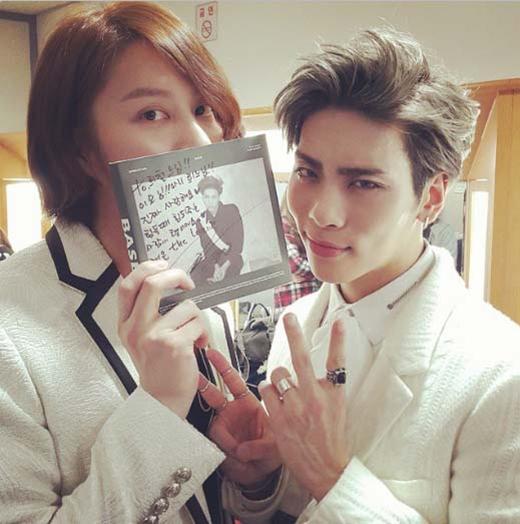 Heechul khoe hình ủng hộ 'đàn em' Jonghyun. Hai anh em cùng tạo dáng bên album mới của Jonghyun.