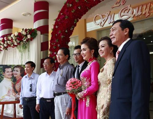 Trước đó, Á hậu Phụ nữ qua ảnh 2005 diện chiếc áo dài thêu hoa màu hồng cùng cha mẹ ruột (phải) đón khách. - Tin sao Viet - Tin tuc sao Viet - Scandal sao Viet - Tin tuc cua Sao - Tin cua Sao