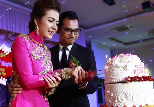 Đôi uyên ương tiến hành các nghi lễ truyền thống trong đám cưới. - Tin sao Viet - Tin tuc sao Viet - Scandal sao Viet - Tin tuc cua Sao - Tin cua Sao