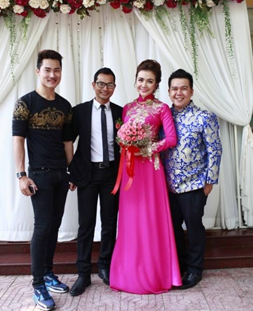 Nhà thiết kế Minh Châu (phải) thực hiện áo dài cưới cho cô dâu. - Tin sao Viet - Tin tuc sao Viet - Scandal sao Viet - Tin tuc cua Sao - Tin cua Sao