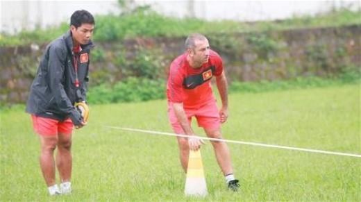 Cựu trung vệ Phạm Như Thuần (trái) từng sát cánh với HLV Graechen tại U19 Việt Nam. Ảnh: bongdaplus